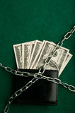 Dollarsrekeningen en metaalketting Stock Fotografie