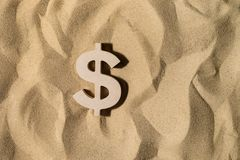 Dollarteken op het zand royalty-vrije stock fotografie