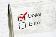 Dollarval eller euro, tydlig kontrollask med en penna på fodrad pappers- bakgrund Begrepp för investeringförtroende stock illustrationer