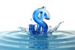 Dollarzeichen, das in Wasser mit Spritzen fällt Stockfotografie