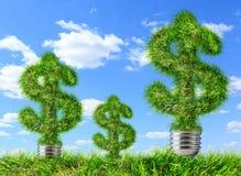 Dollarzeichen gemacht vom Gras auf blauem Himmel Lizenzfreie Stockfotografie