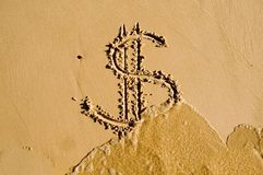 Dollarzeichen gezeichnet in den Sand Lizenzfreie Stockfotografie