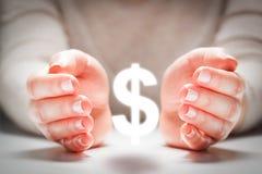 Dollarzeichen zwischen den Händen der Frau in der Geste des Schutzes Devisenreportgeschäft Lizenzfreie Stockbilder