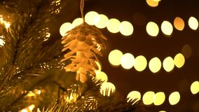 Dolly της διακόσμησης στο χριστουγεννιάτικο δέντρο με τα φω'τα bokeh απόθεμα βίντεο