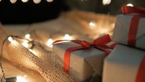 Dolly των κιβωτίων και των φω'των δώρων Χριστουγέννων με το copyspace για το κείμενο φιλμ μικρού μήκους