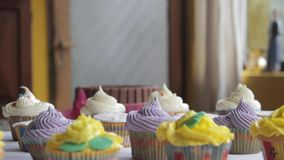 Dolly beweging die door cupcakes gaan stock video