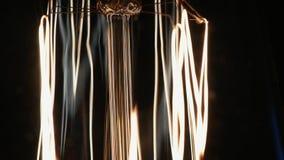Dolly beweging van de gloeiende lamp van Edison stock footage