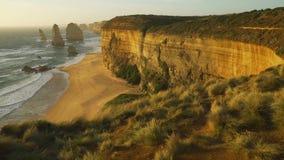 Dolly beweging van Twaalf apostelen bij zonsondergang op een zeer winderige dag in Australië stock footage
