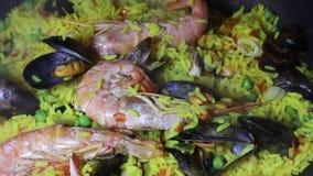Dolly dicht op panning mening van een Spaanse zeevruchtenpaella: mosselen, koningsgarnalen, langoustine, schelvissen stock video