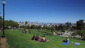 Dolly Establishing Shot People Enjoying beskickning Dolores Park i San Francisco stock video