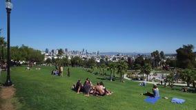 Dolly Establishing Shot People Enjoying-Opdracht Dolores Park in San Francisco stock video