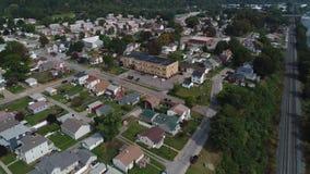 Dolly Forward Over Pennsylvania Neighborhood lentamente aerea archivi video