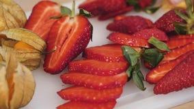 Dolly pęcherzycy alkekengi i truskawki, świeże egzotyczne kolorowe owoc zbiory