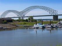 Dolly Parton Bridge de Memphis Visitors Centre Tennessee los E.E.U.U. del río Misisipi y de Dolly Parton Bridge imagenes de archivo