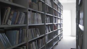 Dolly ruch biblioteka odkłada z udziałami książki zbiory wideo