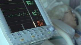 Dolly schot openbaart slaap bejaarde patiënt stock video