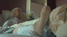 Dolly schot van de bejaarde patiënt van de knievervanging stock video