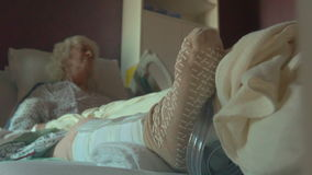 Dolly schot van de patiënt van de knievervanging stock footage