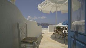 Dolly schot van een typische blauwe Santorini-deur stock videobeelden