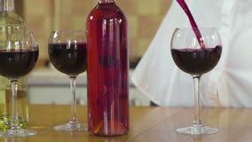 Dolly schot van het gieten van rode wijn langzame motie stock footage