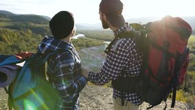 Dolly schot van jong hipsterpaar met kaart in de bergen stock video