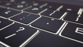 Dolly schot van zwart lichtgevend computertoetsenbord en verdien sleutel Conceptuele 4K klem stock illustratie