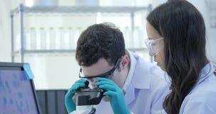 Dolly Shot dei ricercatori di ricerca medica Team Work sul laboratorio moderno con gli scienziati che eseguono gli esperimenti, l video d archivio
