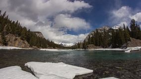 Dolly strzał chmury formacja przy łęk rzeką zdjęcie wideo