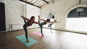 Dolly strzał joga ucznie robi władyki taniec pozy stać bosy na kolorowych matach Kobiety są być ubranym modny zdjęcie wideo