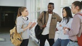 Dolly strzelał widok etniczna grupa ucznie stoi wpólnie w korytarzu szkoła wyższa Piękna caucasian dziewczyna jest zbiory
