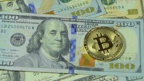 Dolly strzelający Złocisty Bitcoin, BTC monety na banknot USA dolarach, zbiory