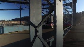 Dolly Up Shot del tráfico en el puente de la calle de Smithfield almacen de metraje de vídeo