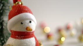 Dolly van sneeuwman en Kerstmisdecoratie stock footage
