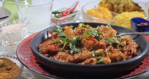 Dolly widok kurczaka tikka masala z Indiańskimi pikantność zdjęcie wideo