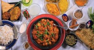 Dolly wierzchołka puszka zoomu out widok kurczaka tikka masala z Indiańskimi pikantność zbiory