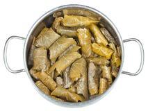 Dolma des feuilles de vigne et hachent dans stewpan Image stock