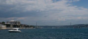 Dolmabahce宫殿、Boshporus桥梁和一条轮渡,如被看见从伊斯坦布尔Oldtown Sultanahmet,土耳其 免版税图库摄影