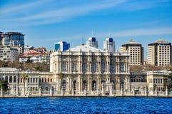 Dolmabahce宫殿在一个晴天,从Bosphorus的看法 库存照片