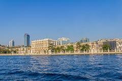 Dolmabahce宫殿-从Bosphorus的看法 免版税库存图片