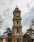 Dolmabahce尖沙嘴钟楼的看法在伊斯坦布尔,土耳其 免版税库存图片