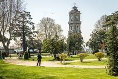Dolmabahce-Glockenturm in Besiktas, Istanbul, die Türkei lizenzfreies stockfoto