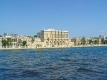 Dolmabahce-Palast gelegen durch den Fluss in Istambul lizenzfreies stockfoto