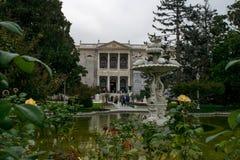Dolmabahce slottfasad och stilsort royaltyfri foto