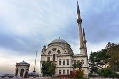 Dolmabahcemoskee op de banken van Bosphorus, met Dolmabahce-Paleis in de afstand stock foto