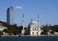 Dolmabahcemoskee op kust van Bosphorus Royalty-vrije Stock Foto