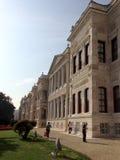 Dolmabahcepaleis in Istanboel met een hemel en zijn tuinmening Royalty-vrije Stock Afbeeldingen