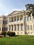 Dolmabahcepaleis in Istanboel met een hemel en zijn tuinmening Royalty-vrije Stock Foto's