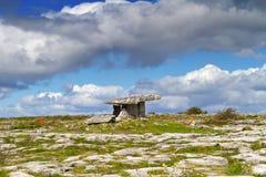Dolmen de Polnabrone dans Burren Photo stock