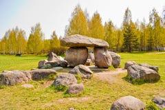 Dolmen i geologiskt parkera-museum av stenblock i Minsk, Vitryssland. royaltyfri bild