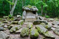 Dolmen im Wald lizenzfreie stockbilder